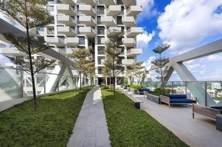 Singapore's soaring SkyHabitat features floating gardens and sky bridges   L'usager dans la construction durable   Scoop.it