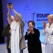 Sharon Stone de toute beauté : Fière et émue, elle reçoit un ... - Pure People   L'Oréal   Scoop.it