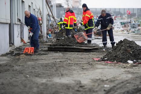 [Photo] Pompiers volontaires français au nettoyage à Hachinohe   Flickr - Photo Sharing!   Japon : séisme, tsunami & conséquences   Scoop.it