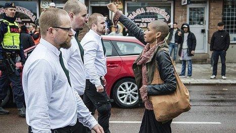 En Suède, une femme seule fait barrage à 300 nazis ! Le courage, c'est ça. | Triangle Rouge - Résistez aux idées d'extrême droite | Scoop.it