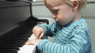 Childhood music lessons 'leave lasting brain bo...