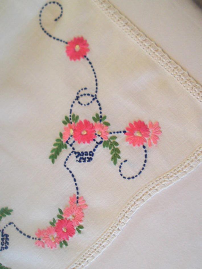 Vintage Pink Daisies In Blue Baskets Tablerunner | Antiques & Vintage Collectibles | Scoop.it