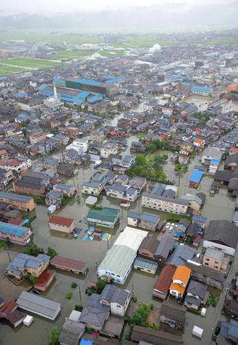 [Photo] Les inondations à Sanjo - Niigata - vue d'hélicoptère | The Mainichi Daily News | Japon : séisme, tsunami & conséquences | Scoop.it