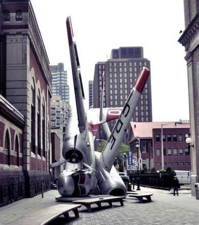 Photos - Cette sculpture d'avion crashé de la Navy est extraordinaire | French Cosmopolites | Scoop.it