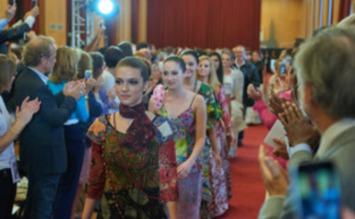 Le défilé solidaire de Christian Lacroix augure une filière d'avenir   Evénement, événementiel, salon, congrès, foire...   Scoop.it