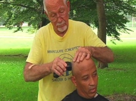 Retired Barber Gives Homeless People Haircuts in Exchange for Hugs | Strange days indeed... | Scoop.it