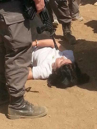 Israël : Tsahal maltraite une femme diplomate et la plaque au sol pour l'humilier #féminisme | Toute l'actus | Scoop.it