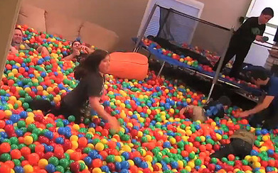 Welcome to the house of fun: man turns living room into giant ball pool | Wandering Salsero | Scoop.it