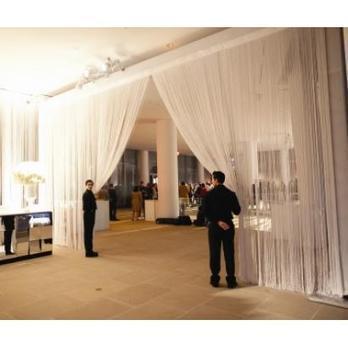 Fondale in fili argentati riflettenti per creare ambienti,divisori,coreografie | Catering Banqueting | Scoop.it