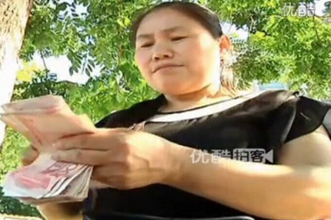 Watch: Woman accidentally drops a few thousand RMB on the street, kindhearted onlookers help her pick it up | This Gives Me Hope | Scoop.it