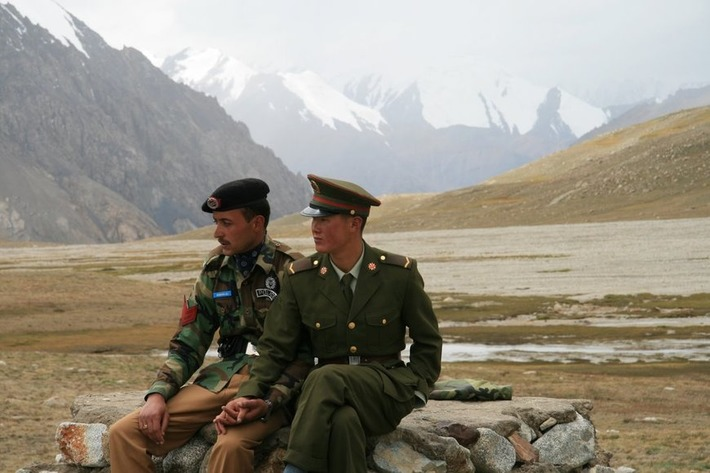 A Pakistani and Chinese soldier holding hands at the border. | Walking On Sunshine | Scoop.it