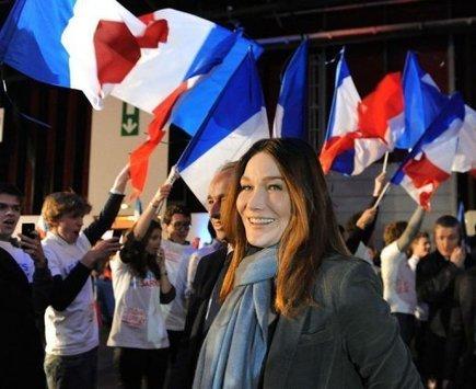 Après Hollande-Sarkozy, au tour de Carla Bruni et de Valérie Trierweiler d'être cousines - insolite - Actualités sur orange.fr   C News of France   Scoop.it