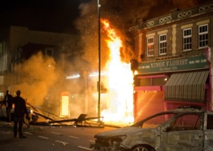 ¿Políticas de austeridad? As London Explodes in Riots, There Is a Context That Can't Be Ignored: Brutal Cuts and Enforced Austerity Measures | Maestr@s y redes de aprendizajes | Scoop.it