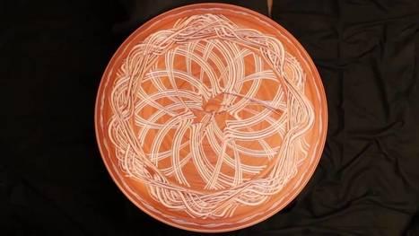 Des motifs sur une table tournante avec de l'argile | Ca m'interpelle... | Scoop.it