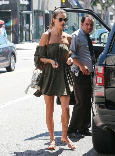 Alessandra Ambrosio Street Style: Angel has no wings » Celebrity Fashion, Outfit Trends And Beauty News | Celebrities | Scoop.it