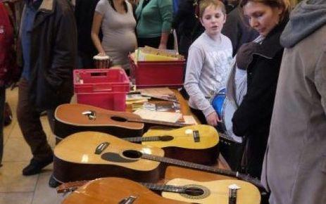 Une guitare à partir de 5 € chez Emmaüs - Le Parisien   cours de guitare   Scoop.it