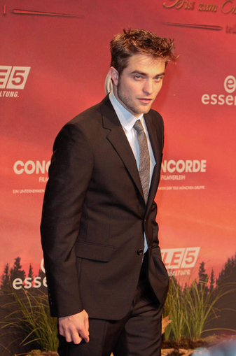 Robert Pattinson Stopped Photoshoot That Got Too Steamy! - Sawf News | The Twilight Saga | Scoop.it