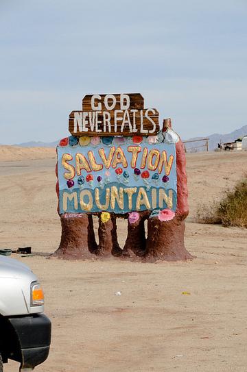 目印の看板 | 砂漠の中に30年かけて作られたカラフルな山は「愛」で溢れていた! | Scoop.it