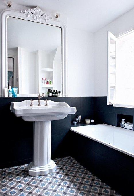 Une salle de bain noire et blanche mélangeant les styles   Accessoires salle de bains   Scoop.it
