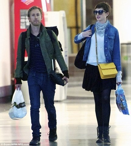 Newlyweds Anne Hathaway and Adam Shulman head to airport | myproffs.co.uk - Entertainment | Scoop.it
