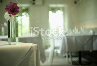 Vase of flowers in wedding banquet party room | Bodas | Scoop.it