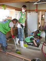 [Eng] Des volontaires étrangers prêtent main-forte dans le Tohoku | Nikkei.com | Japon : séisme, tsunami & conséquences | Scoop.it