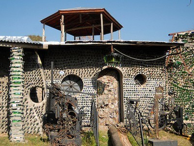 Guy Builds Massive House with Recycled Glass Bottles, Teaches you How to Do It (Video) | Espacios Reducidos | Scoop.it