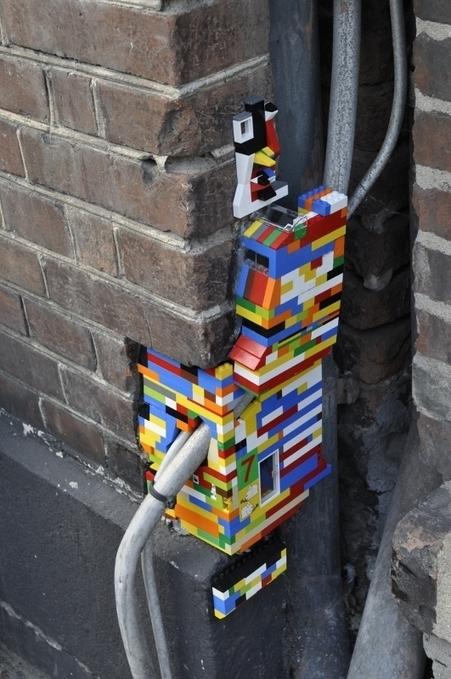 LEGO | Una solución a los agujeros en los muros | Graphic design | Scoop.it