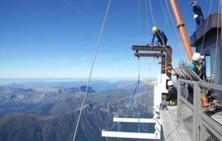 Un petit pas dans le vide.  Un grand pas dans l'histoire de l'Aiguille du Midi   Stations de ski en Haute-Savoie   Scoop.it