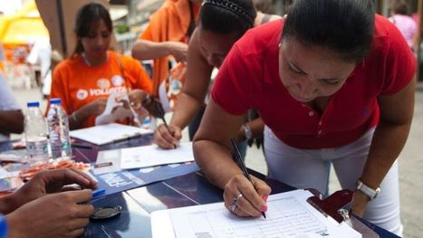 Members of Venezuela's opposition gather signatures to force Maduro from office   Prospect of Venezuelan Democratization   Scoop.it