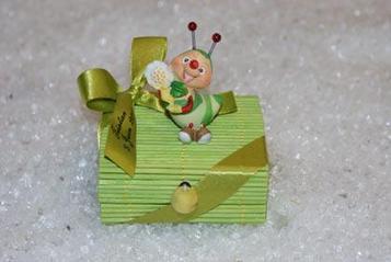 Ballotin dragées baptême boîte vénitienne vert anis décoré d'une chenille   Puériculture   Scoop.it