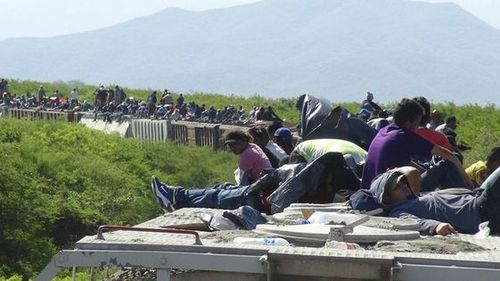 oblama train carrying 1,300 migrants heading toward mex/us detention camp derails
