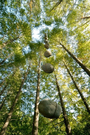 Ushio Sakusabe: Floating stone - Perpendicular | Art Installations, Sculpture, Contemporary Art | Scoop.it