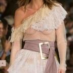 Photos : Luna Bijl seins nus à la Fashion Week de Milan | Radio Planète-Eléa | Scoop.it