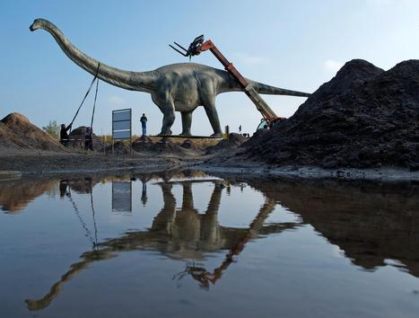 Distract-osaurus? Dino Statue Causes Traffic Headache | Strange days indeed... | Scoop.it
