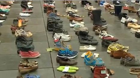 Miles de zapatos vacíos toman las calles de París para frenar el cambio climático | RRPP online | Scoop.it