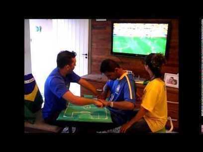 Padres narrando a su hijo sordociego el partido Brasil-Croacia | Orientación en la red | Scoop.it
