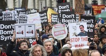 CNA: Miles de londinenses protestan contra intervención militar británica en Siria | La R-Evolución de ARMAK | Scoop.it