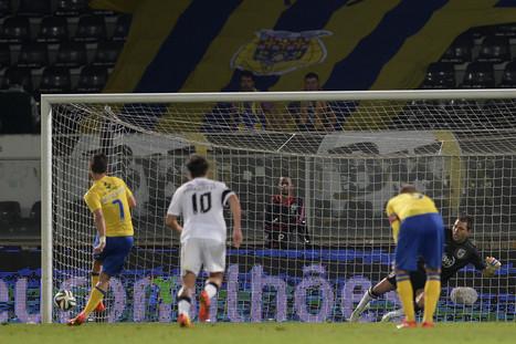 Adeptos do Vitória de Guimarães atiram tochas contra autocarro da própria equipa | Vitória de Guimarães | Scoop.it