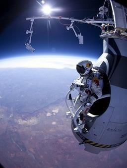 Il gradino più alto del mondo: lanciarsi col paracadute da 36 chilometri   Il Disinformatico   The Matteo Rossini Post   Scoop.it