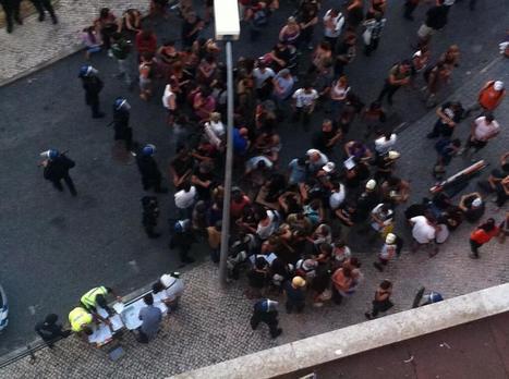Twitter / filicaetano: Os #indignados recebem um papel ... | Greve Geral | Scoop.it