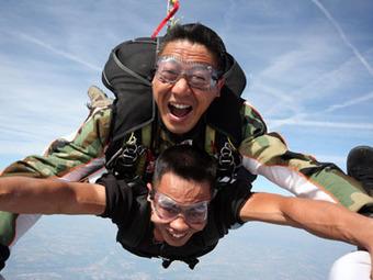 Saut en Tandem Lyon - Saut en parachute à Lyon - Ecole de chute libre Rhones Alpes - Stage pac - www.Nguyen-Parachutisme.com | Chute libre corbas | Scoop.it