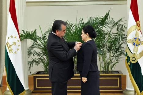 Меҳри падарона. Президент Таджикистана наградил дочь орденом - ИА «Азия-Плюс» | CENTRAL ASIAN RE.SOURCES | Scoop.it
