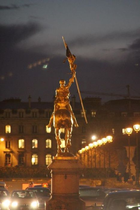 Photo de Jeanne d'Arc bravant le flot de voitures | Mind changing pictures | Scoop.it