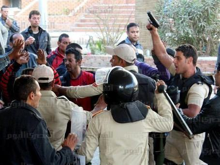 Protesters storm police station in Suez, free prisoners | Égypt-actus | Scoop.it