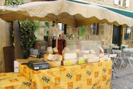 Expulsé de Périgueux, il vend son fromage attrape-touristes à Sarlat | Périgord Noir | Scoop.it