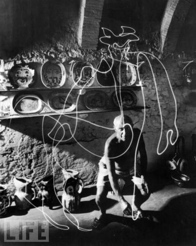 Photos: Picasso Drawing With Light-1949   Visual*~*Revolution   Scoop.it