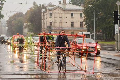 """Ils placent des structures géantes sur leurs vélos pour montrer la place prise par les voitures   """"green business""""   Scoop.it"""