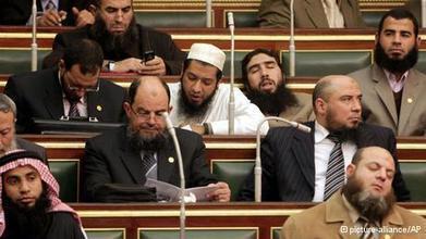 Le parti al-Nour est seul parti islamiste égyptien à soutenir le gouvernement actuel. Il veut ainsi assurer sa survie. | Égypt-actus | Scoop.it