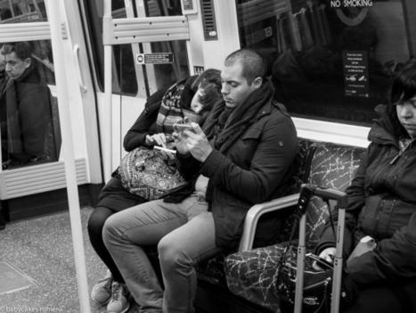 Que la connexion est triste (photographiée en noir et blanc) - L'image sociale | déconnexion volontaire | Scoop.it